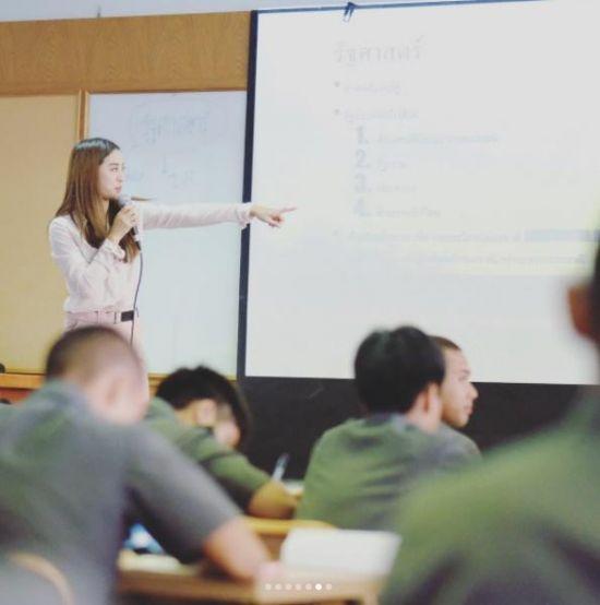 泰国美女博士老师走红 遭学生围堵拍照又是别人家的老师被惊艳到了(图)