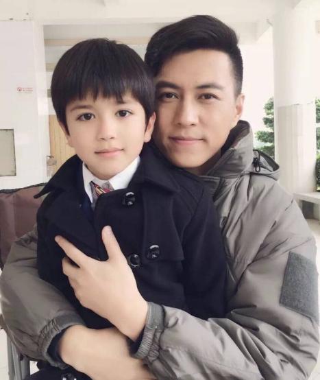 演员靳东和儿子