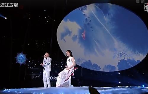 郭沁坐着演唱大鱼