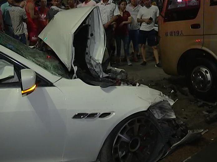 玛莎拉蒂撞中巴车具体原因及经过 现场令人触目惊心