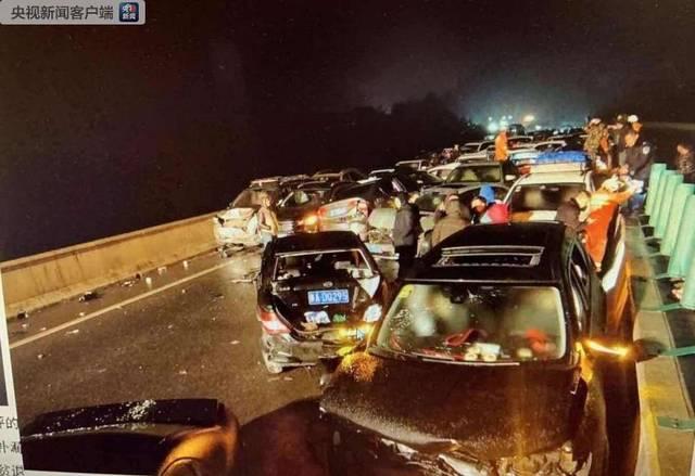 贵州高速连环追尾现场直击 为何高速会发生连环追尾?
