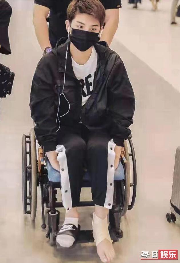 黄明昊坐轮椅现身是什么情况 黄明昊到底怎么了