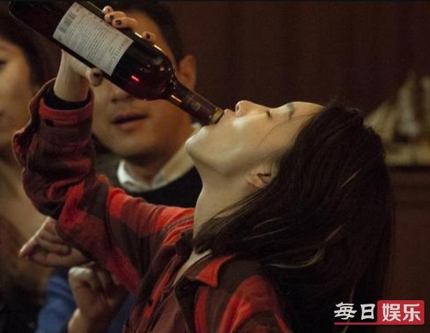 周冬雨烂醉如泥是什么情况 周冬雨的酒量如何?