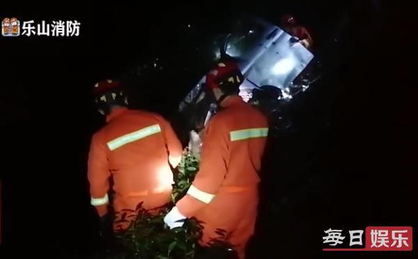 乐山货车翻下山坡是怎么样回事 事发颠末及现场图片曝光