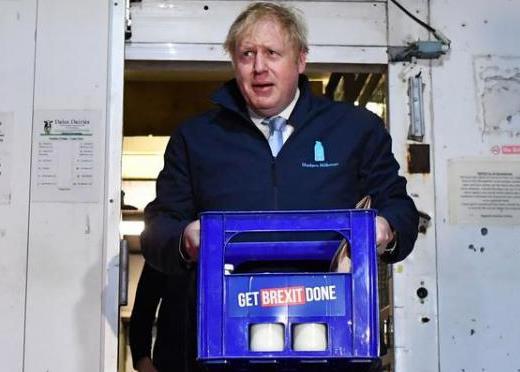 英首相给居民送奶是什么情况 英国首相为何要这么做?