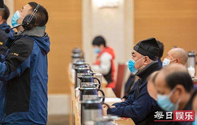 张文宏称戴口罩分餐将成新常态 何时能摘掉口罩?