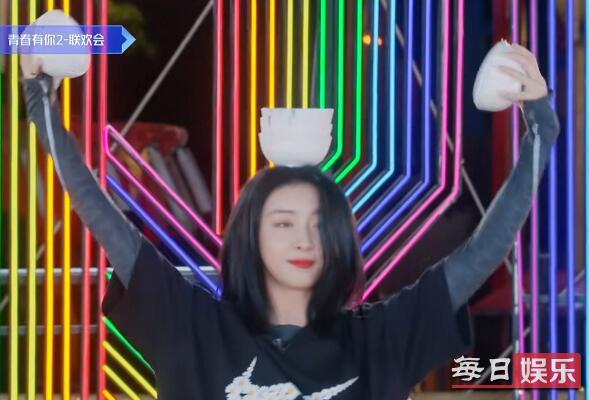 赵小棠顶碗跳舞上热搜